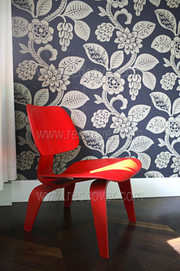 Red_chair_against_wallpaper